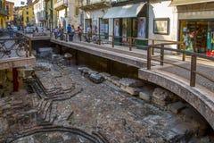 老城市的考古学挖掘在街道的中心维罗纳中部通过Leoni,意大利 库存图片
