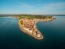 老城市皮兰在斯洛文尼亚,鸟` s眼睛视图 空中阿尔卑斯沿岸航行海岛新的照片南南西方西兰 库存照片