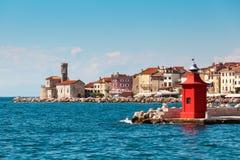 老城市皮兰的都市风景有中世纪和新的灯塔的 免版税库存图片