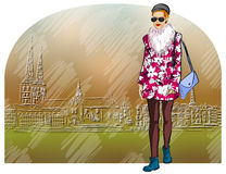老城市背景的时尚女孩  免版税库存图片