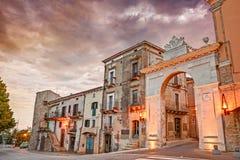 老城市门在瓜尔迪亚格雷莱,阿布鲁佐,意大利 免版税库存图片