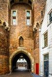 老城市门的被成拱形的开头在兹沃勒历史的商业同业公会的叫Sassenpoort 库存照片