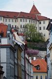 老城市 城市克里姆林宫横向晚上被反射的河 布拉格,捷克共和国 免版税库存照片