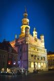 老城镇厅在波兹南-在晚上被拍的照片 免版税库存图片