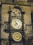 老城镇厅塔和天文学时钟在晚上布拉格捷克 免版税库存图片