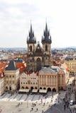 从老城镇厅的看法布拉格的,老镇中心,我们的在Tyn,布拉格,捷克前的夫人教会  免版税图库摄影