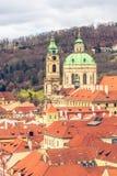 老城镇布拉格和圣尼古拉斯教会屋顶  库存图片