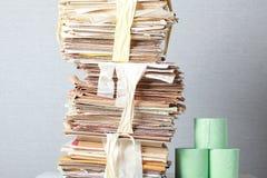 老堆废纸和卫生纸卷  库存图片