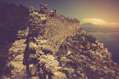 老堡垒和地中海在阿拉尼亚,土耳其 免版税图库摄影