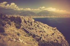 老堡垒和地中海在阿拉尼亚,土耳其 免版税库存图片