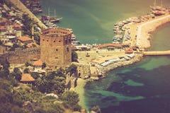 老堡垒和地中海在阿拉尼亚,土耳其 免版税库存照片