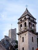老堡垒和高耸在古镇Omis 图库摄影