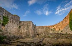 老堡垒墙壁和蓝天视图 免版税库存照片