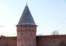 老堡垒墙壁雷塔的斯摩棱斯克克里姆林宫零件与一个木屋顶的 免版税库存照片