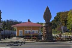 老堡垒箭头纪念碑和列车车库 免版税库存照片