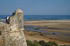 老堡垒警卫塔和海 免版税图库摄影