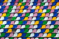 老塑料五颜六色的位子行在体育场的 库存图片