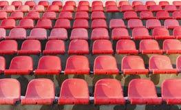 老塑料位子在一个被放弃的体育场内 免版税图库摄影