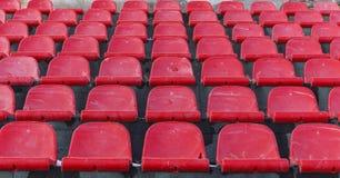 老塑料位子在一个被放弃的体育场内 图库摄影