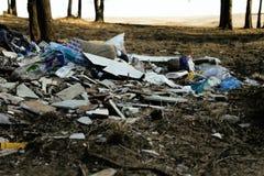 老塑料垃圾在森林,与没人的大山里自然,现代环境垃圾概念关心  免版税库存图片