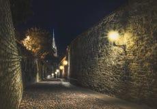 老塔林上部市街道在晚上 爱沙尼亚塔林 免版税库存图片