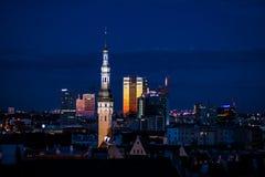 老塔林,爱沙尼亚,中世纪和现代大厦夜都市风景与照明的 库存照片