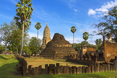 老塔Wat Phra Si Ratanamahathat和墙壁 免版税库存图片
