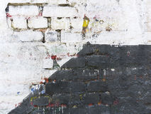 老墙壁划分成两个部分 库存图片