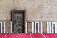 老墙壁包括一个历史的装饰的被镀青铜的门,开罗, Egy 免版税库存照片
