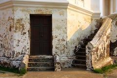 老墙壁和门 免版税库存图片