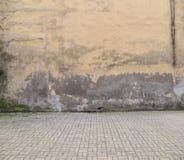 老墙壁和鹅卵石地板 免版税库存图片