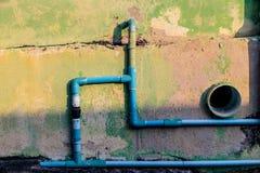 老墙壁和PVC水管 库存图片