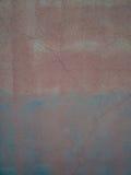 老墙壁构造了表面以在蓝色和橙色口气的抓痕 免版税图库摄影