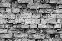 老墙壁由砖背景特写镜头制成 不同的大小砖块结构  黑白图象 库存图片