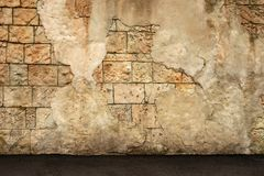 老墙壁的片段从coquina和倒塌的膏药的 风格化织地不很细难看的东西背景 免版税库存照片