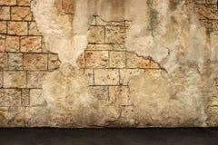 老墙壁的片段从coquina和倒塌的膏药的 风格化织地不很细难看的东西背景 免版税库存图片