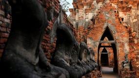 老墙壁砖门曲拱,有迷离在foregroun的菩萨雕象 免版税库存照片