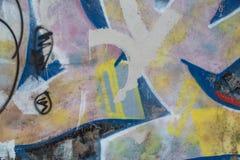 老墙壁纹理有五颜六色的街道画的 免版税库存图片
