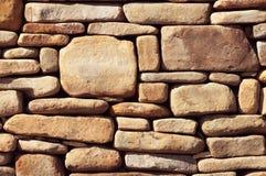 老墙壁纹理由黄色石头做成 免版税库存图片