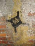 老墙壁纹理的片段与削皮油漆街道画的 免版税图库摄影
