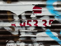 老墙壁纹理的片段与削皮油漆街道画的 免版税库存照片