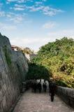 老墙壁首里城堡在清楚的蓝天,那霸,冲绳岛,日本下 免版税库存照片