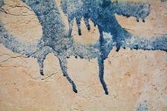 老墙壁,镇压背景,蓝色街道画在威尼斯,意大利 免版税库存图片