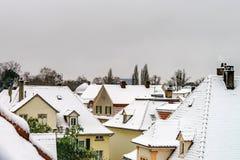 老处所积雪的roors在降雪以后的史特拉斯堡 库存图片