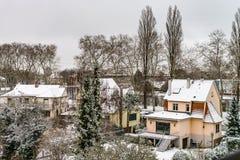老处所积雪的roors在降雪以后的史特拉斯堡 免版税库存照片