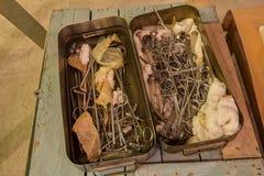 老外科器械和工具在金属箱子 图库摄影