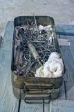 老外科器械和工具在金属箱子 免版税库存图片