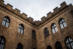 老外部城堡墙壁的角落有Windows的 免版税库存照片