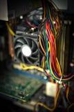 老多灰尘的个人计算机缆绳主板在背景中 库存图片