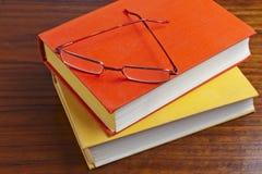 老多灰尘的书和玻璃 免版税库存图片